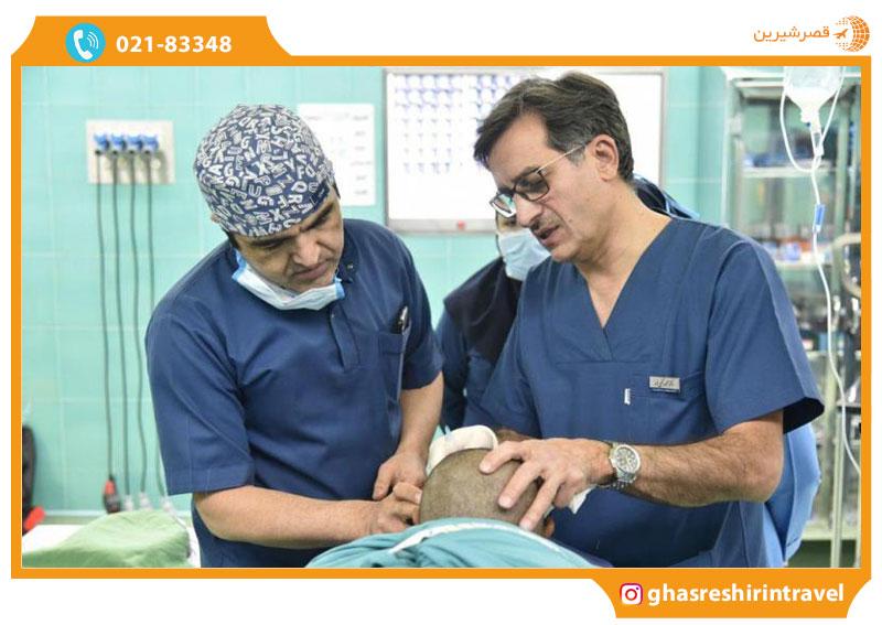 معاینه بیمار توسط جراحان